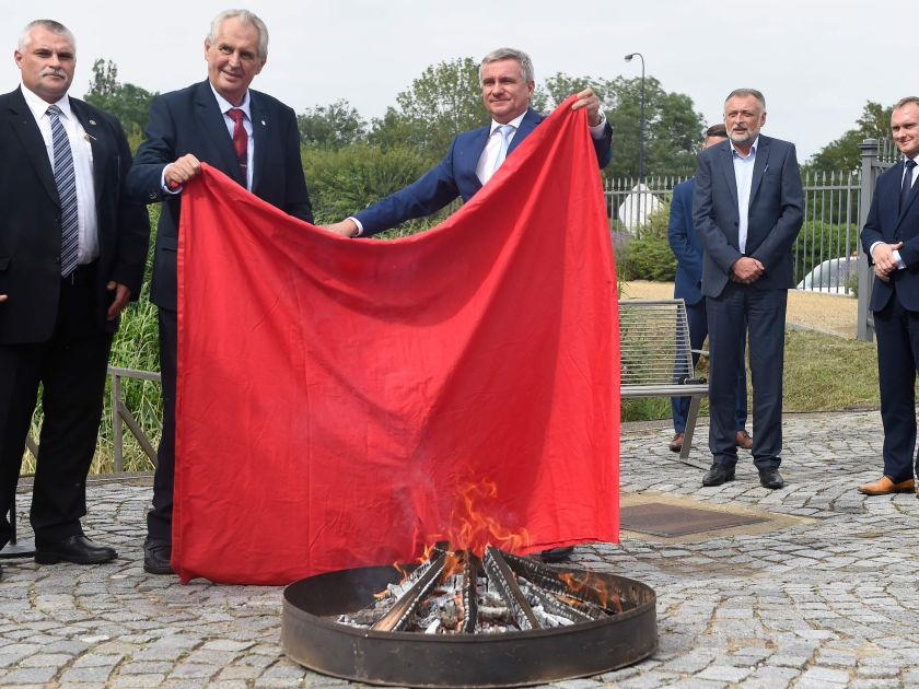 Fresh out of books, Zeman burns giant red underpants for 'little idiots' in media - Czech Points