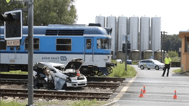 One dead after train collides with car in Bzenec - Czech Points