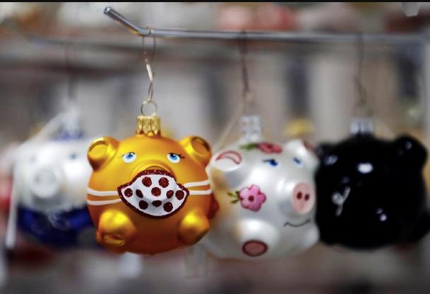 Czech golden pig ornaments get mask for coronavirus Christmas - Czech Points