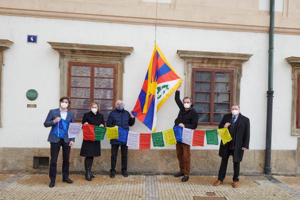 Tibetan flag flies over Czech parliament - Czech Points
